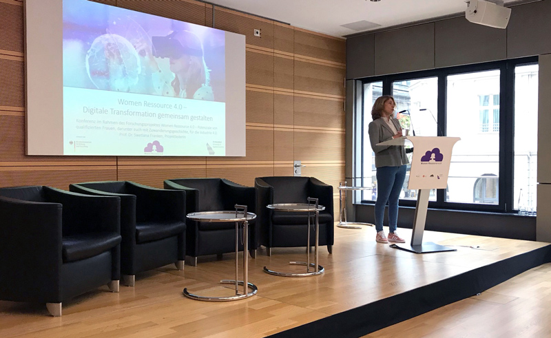 Prof. Dr. Swetlana Franken begrüßt die Teilnehmenden der Konferenz