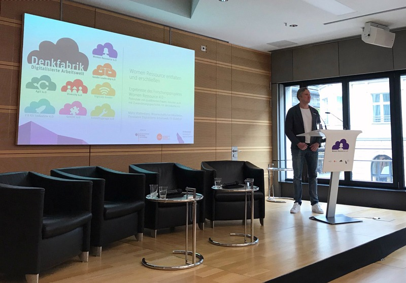 Malte Wattenberg präsentiert die Ergebnisse des Forschungsprojekts Women Ressource 4.0